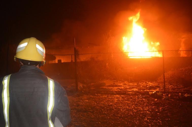 مدني جدة يُخمد حريقا نشب في معمل زيوت وأسفنج 2