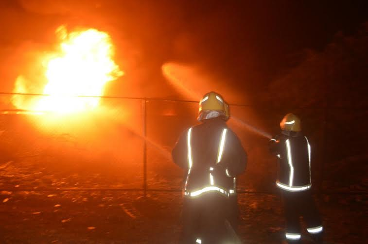 مدني جدة يُخمد حريقا نشب في معمل زيوت وأسفنج 3