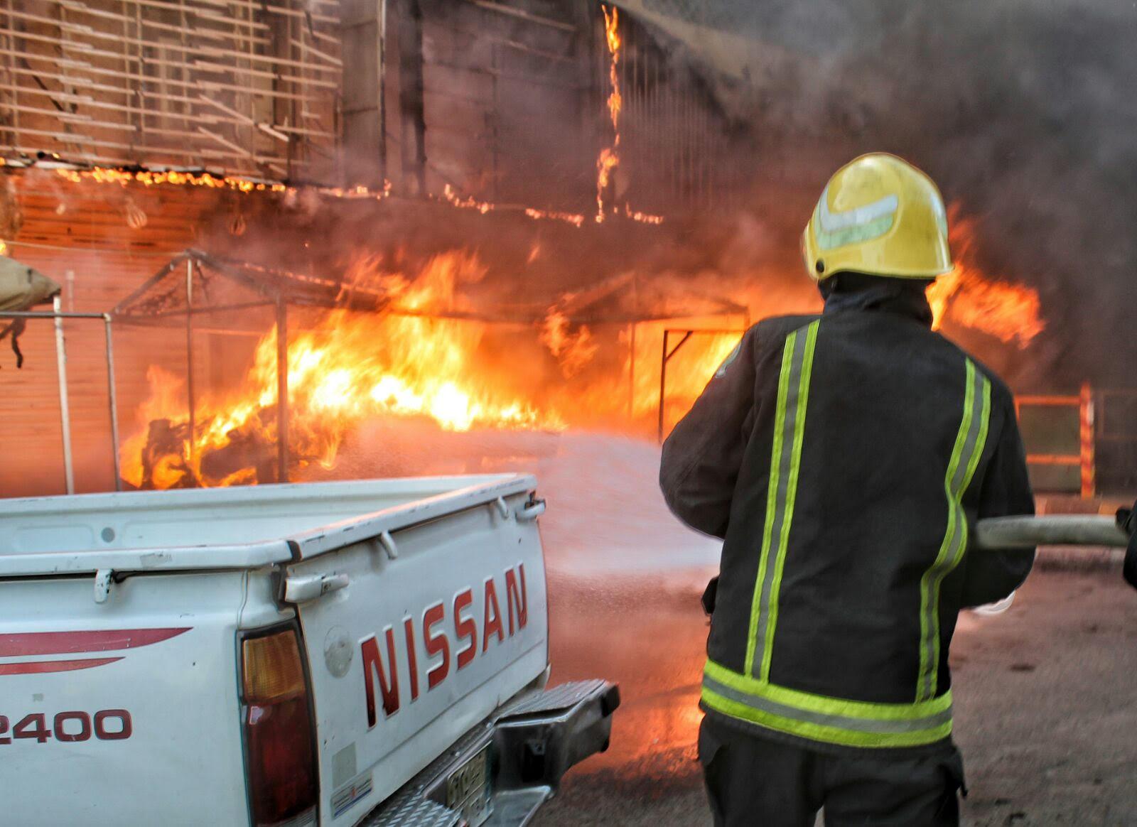 مدني حائل يباشر حريق بمباسط نسائية بسوق برزان (2)