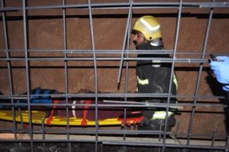 مدني حائل يُنقذ عشرينيًّا سقط في حفرة بحي شراف - المواطن