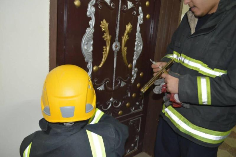 مدني رفحاء ينقذ زوجان احتجزا في منزلهم  (1)