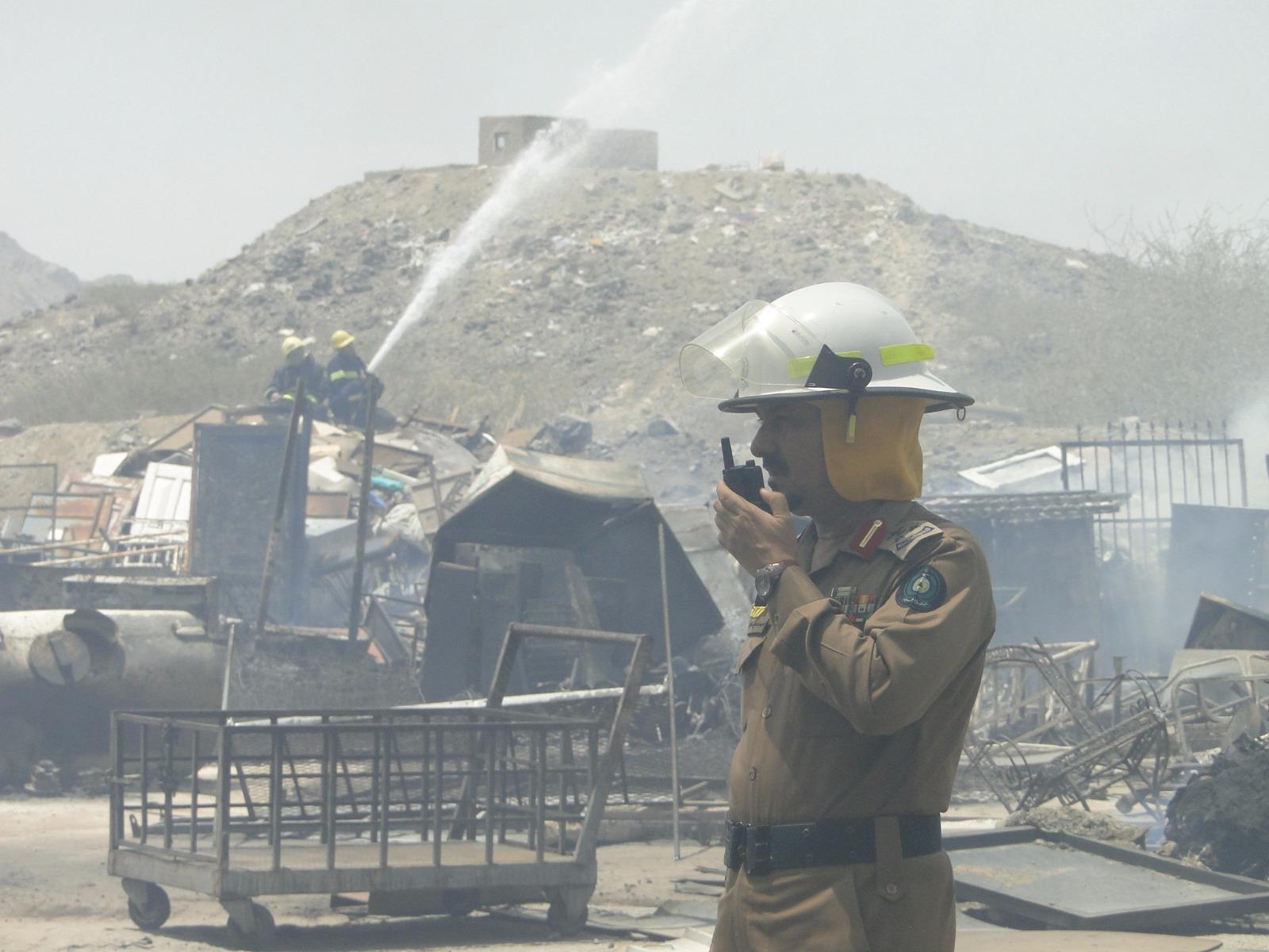 مدني مكة يسيطر على حريق في مستودع بمنطقة المعيصم (2)