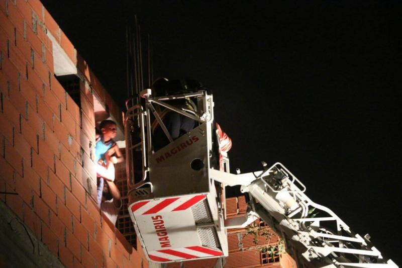 مدني مكة ينقذ سكان بحي الهجرة من حريق (1) 