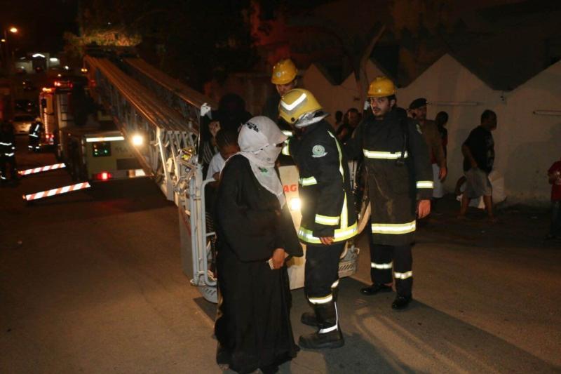 مدني مكة ينقذ سكان بحي الهجرة من حريق (181462517) 