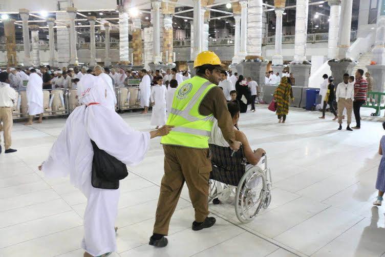 مدني مكة ينقذ ١٣٠ معتمرا في الحرم   (1) 