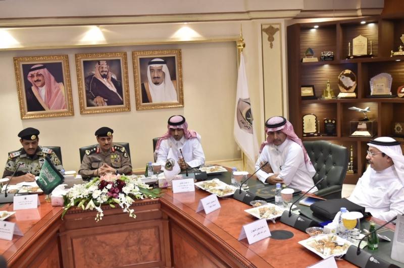 مدير الأمن العام يناقش مع أمين واعضاء هيئة تطوير مكة (34669058) 