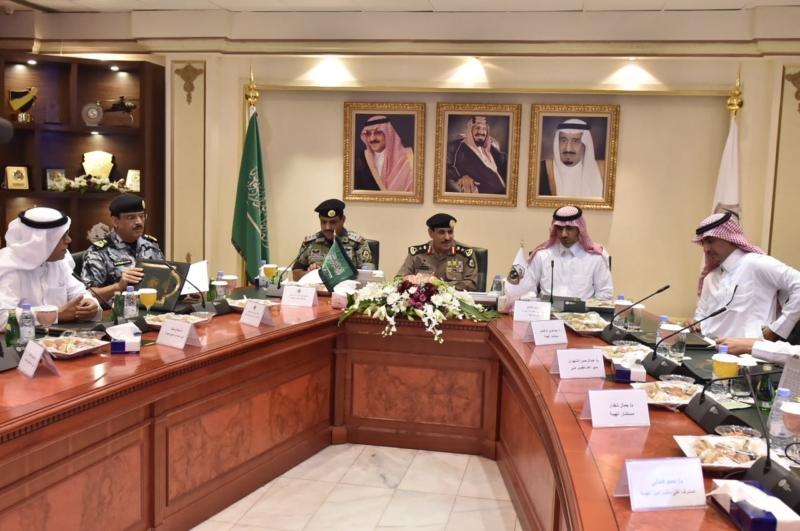 مدير الأمن العام يناقش مع أمين واعضاء هيئة تطوير مكة (34669060) 