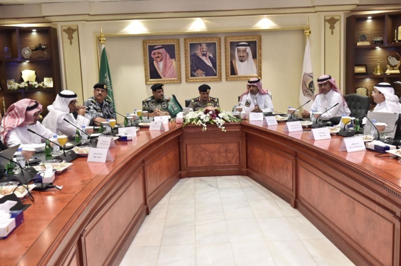 مدير الأمن العام يناقش مع أمين واعضاء هيئة تطوير مكة (34669061) 