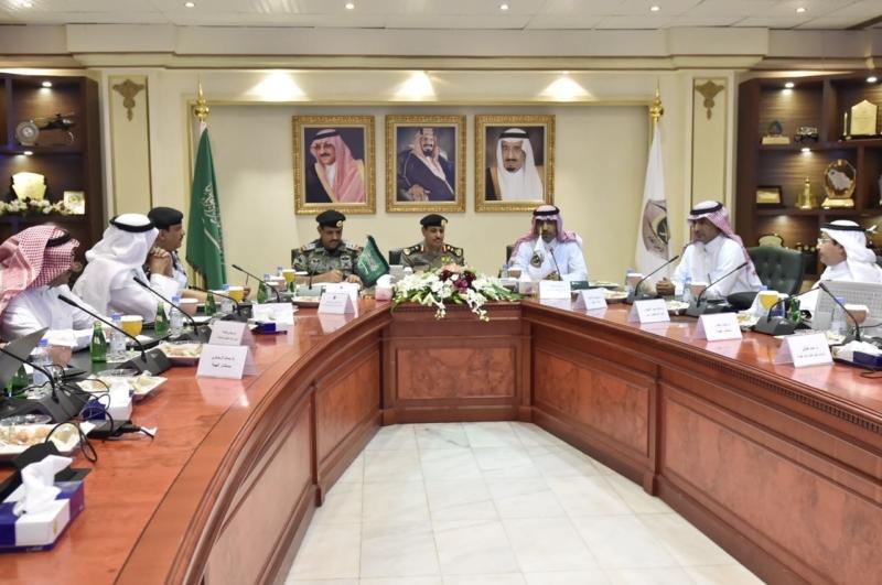 مدير الأمن العام يناقش مع أمين واعضاء هيئة تطوير مكة (34669062) 