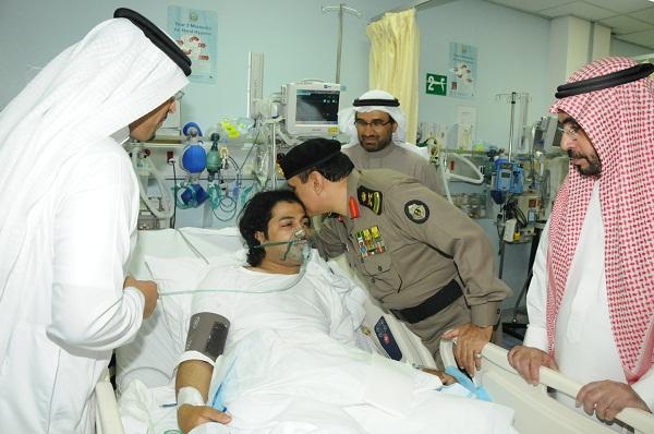 مدير الامن العام اثناء زيارة احد المصابين