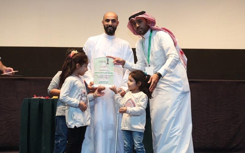 مدير الهرجان الأستاذ خالد الباز يكرم البطل هاني الرميح
