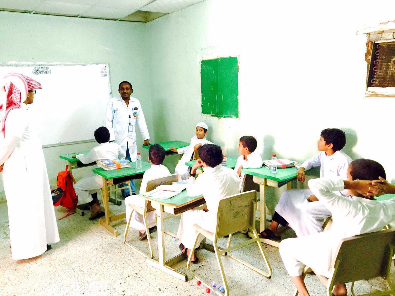 مدير تعليم الليث مرعي البركاني يطمأن على طلاب قرية المستنقع (3)