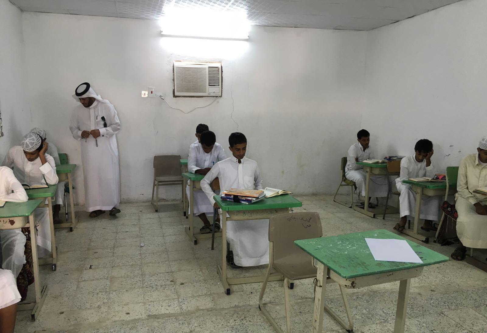 مدير تعليم الليث مرعي البركاني يطمأن على طلاب قرية المستنقع (6)