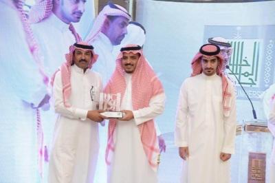 مدير جامعة  الملك خالد يدشن المركز الإعلامي  ويكرم المواطن (1) 