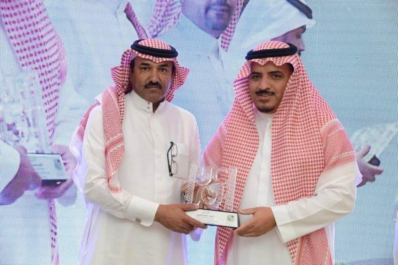 مدير جامعة  الملك خالد يدشن المركز الإعلامي  ويكرم المواطن (77213453) 