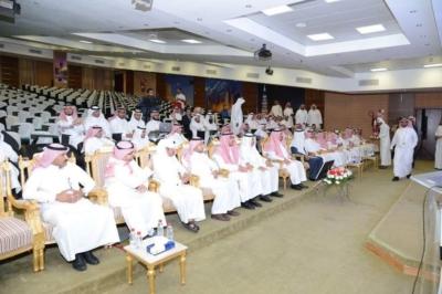 مدير جامعة  الملك خالد يدشن المركز الإعلامي  ويكرم المواطن (77213455) 