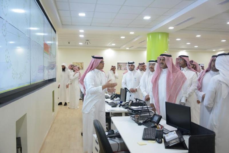 -جامعة-الملك-خالد-يزور-تقنية-المعلومات-ويشيد-بجهود-منسوبيها-1
