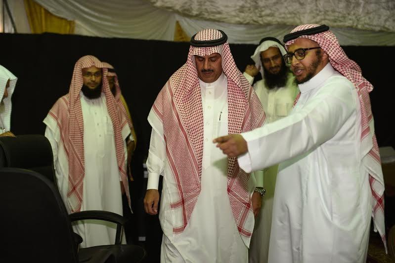 مدير جامعة الملك خالد يزور خيمة أبها السياحية الدعوية