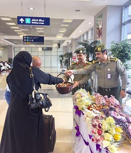 بالصور.. مدير جوازات جازان يستقبل المسافرين بالورود والحلوى