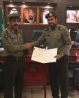 """مدير جوازات عسير يسلم """"الشهراني"""" خطاب شكر من أمير المنطقة"""