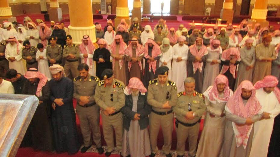 مدير شرطةعسير ومنسوبي شرطة المنطقه يتقدمون المصلين على جنازة الجندي سعيد الناهسي