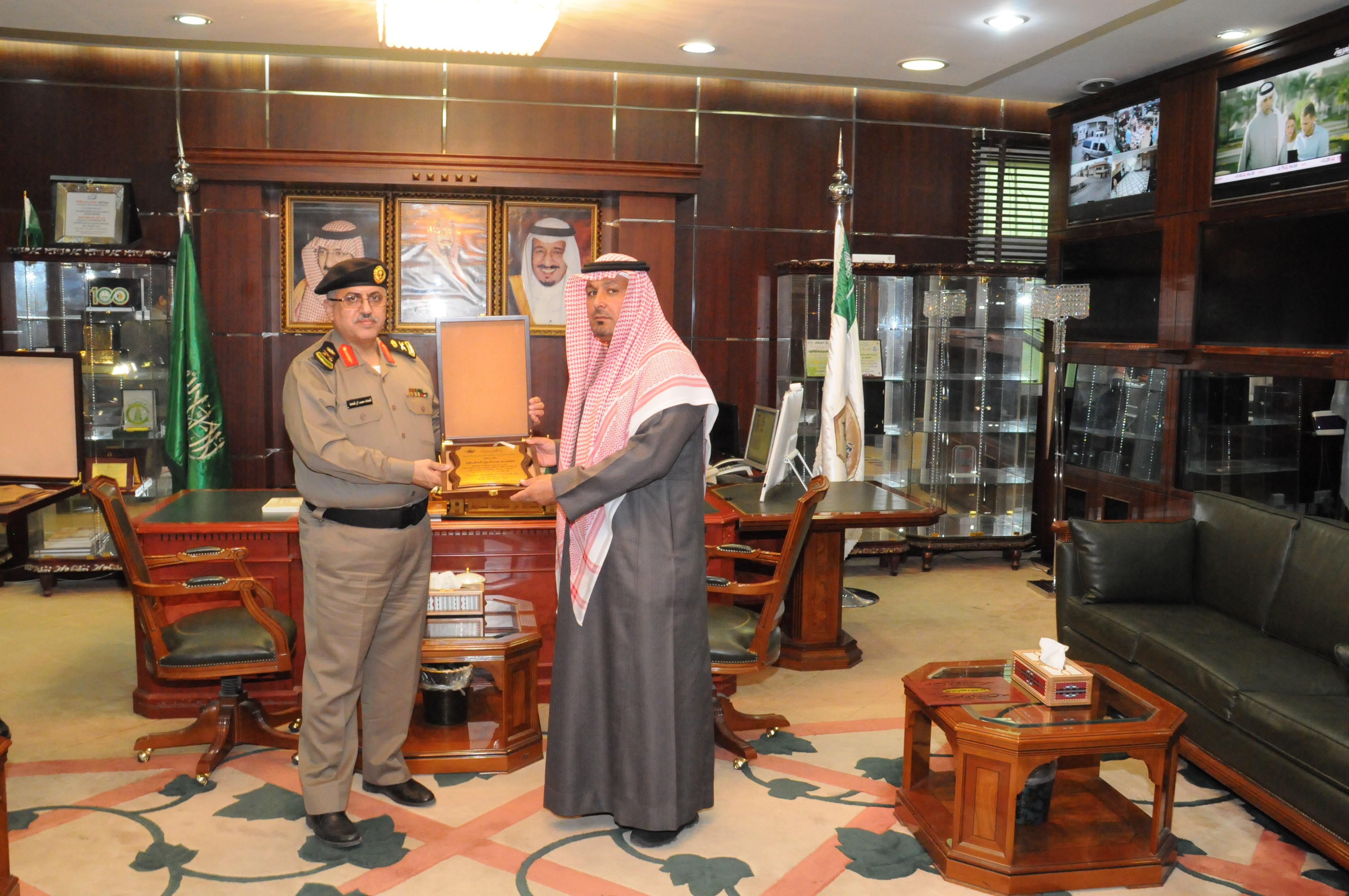 مدير شرطة #الجوف يكرم مدير إدارة مكافحة التدخين (2)