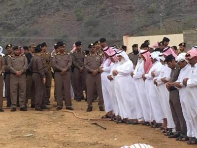 مدير شرطة منطقة عسير يتقدم المصلين على الرقيب الاسمري الذي تعرض لدهس من قبل جاني ببارق  4
