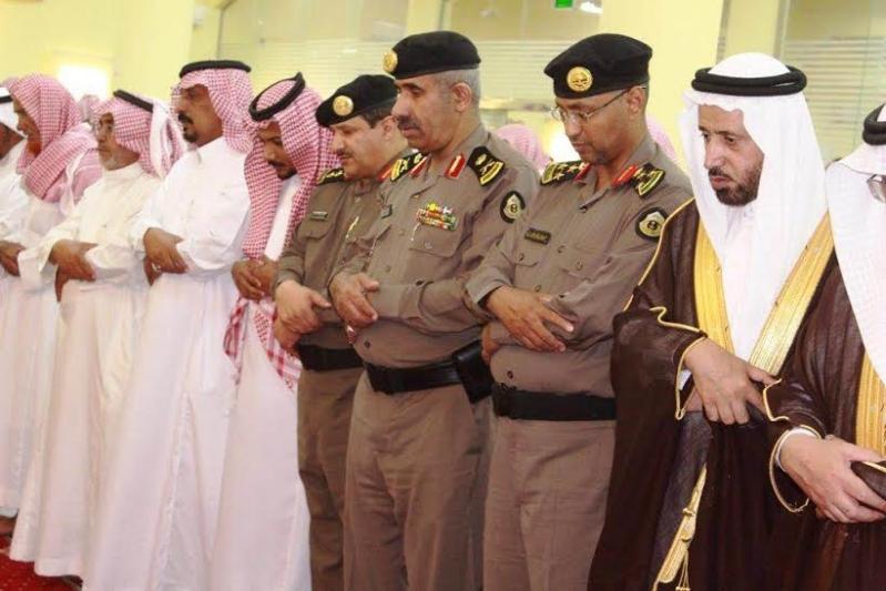 مدير شرطة منطقة عسير يتقدم المصلين على الرقيب الاسمري الذي تعرض لدهس من قبل جاني ببارق