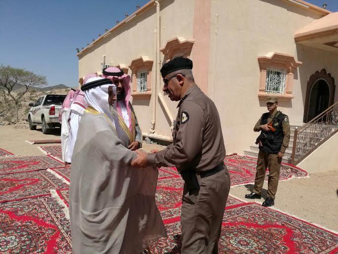مدير شرطة منطقة عسير يقدم وأحب العزاء في الرقيب جبران ال مفتاح