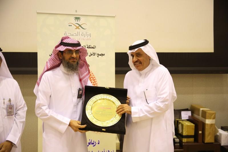 مدير صحة الرياض يكرم د. رياض النملة
