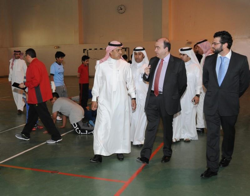 مدير عام مدارس الرياض في جولة مع مدير عام مؤسسة ريال مدريد الخيرية خلال زيارة المدارس العام الماضي