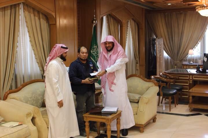 مدير فرع الشؤون الإسلامية بالرياض يستقبل مسلم جديد (1) 