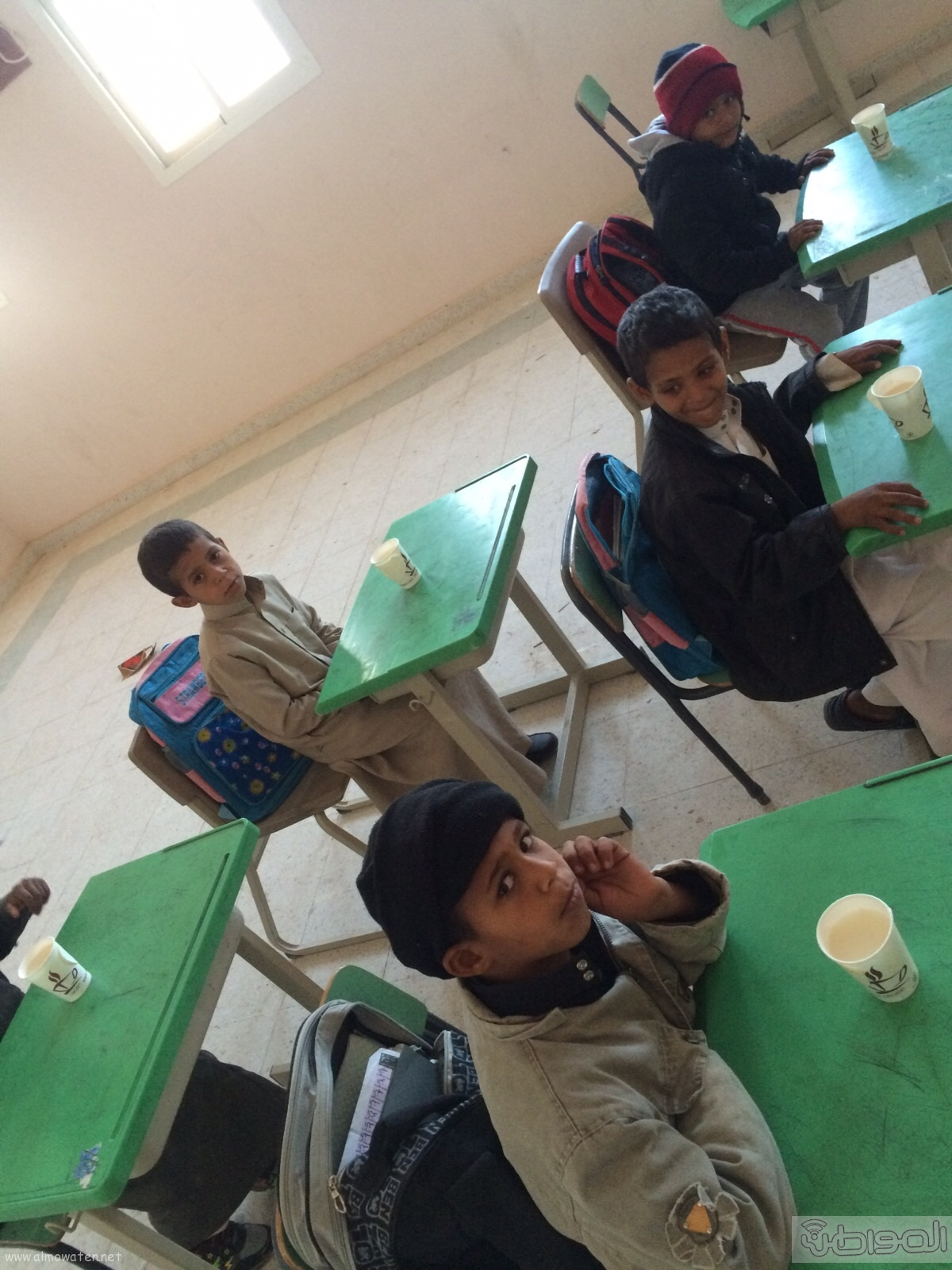 مدير-مدرسة-الشقيق-بالجو-يقدم-الحليب-لتدفئة-الطلاب (1)