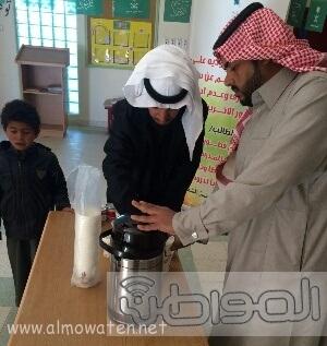 مدير-مدرسة-الشقيق-بالجو-يقدم-الحليب-لتدفئة-الطلاب (2)