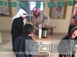 مدير-مدرسة-الشقيق-بالجو-يقدم-الحليب-لتدفئة-الطلاب (3)
