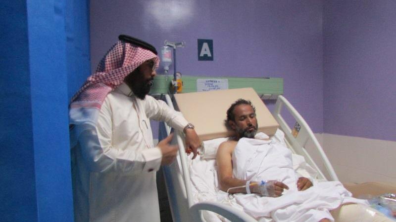 مدير مستشفي ضمد يزور مصابي المقاومة اليمنية (1)
