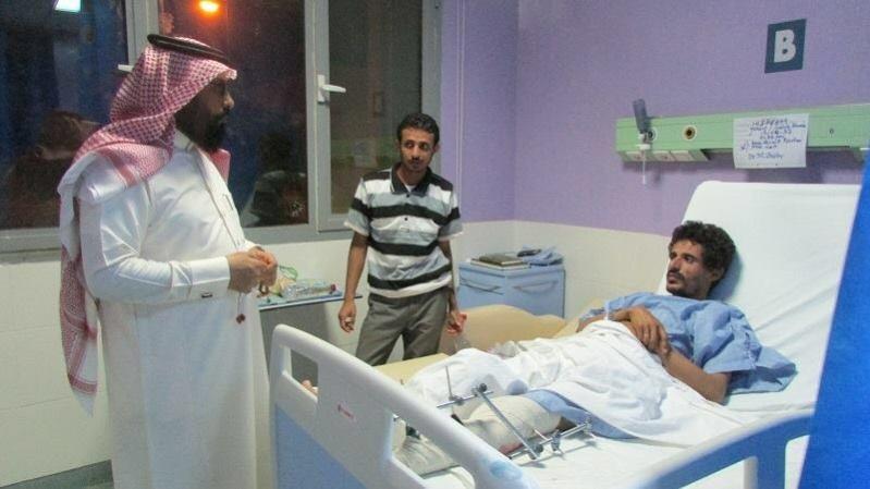 مدير مستشفي ضمد يزور مصابي المقاومة اليمنية (2)