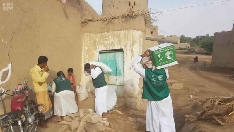 مركز الملك سلمان للإغاثة يسلم السلال الغذائية لمتضرري السيول بالجوف اليمنية2