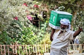 بالصور.. مركز الملك سلمان للإغاثة يواصل توزيع السلال الغذائية على النازحين من إقليم تهامة - المواطن