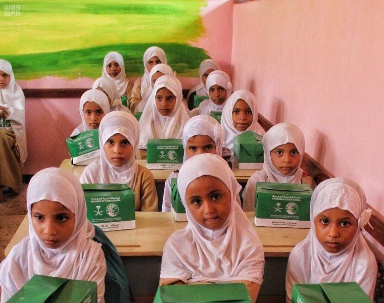 مركز الملك سلمان للإغاثة يعيد 210 طلاب يمنيين إلى مدارسهم