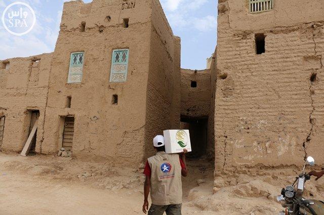 مركز الملك سلمان للإغاثة يوزع 20 طناً من التمور بوادي حضرموت (1)