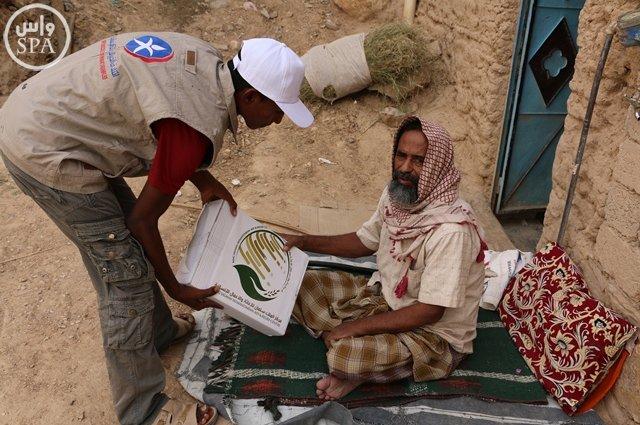 مركز الملك سلمان للإغاثة يوزع 20 طناً من التمور بوادي حضرموت (2)