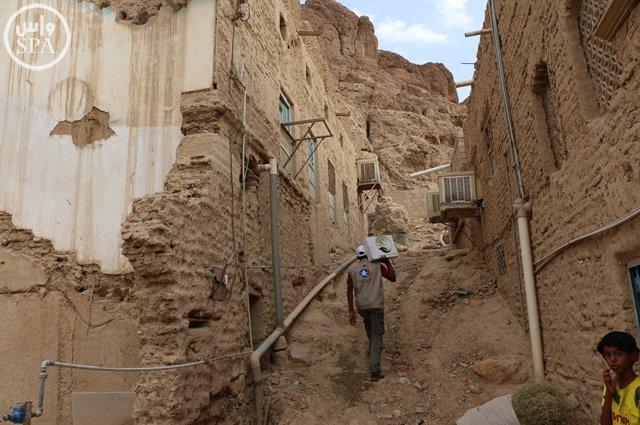 مركز الملك سلمان للإغاثة يوزع 20 طناً من التمور بوادي حضرموت (3)