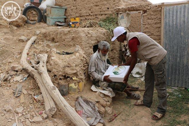 مركز الملك سلمان للإغاثة يوزع 20 طناً من التمور بوادي حضرموت (4)