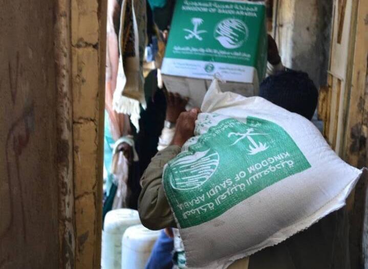 مركز الملك سلمان للإغاثة يوزع 3500 كرتون تمور بقرى المخا