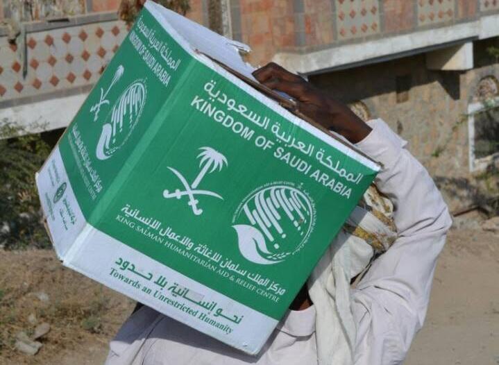 مركز الملك سلمان للإغاثة يوزع 3000 كرتون من التمور في قرى تعز