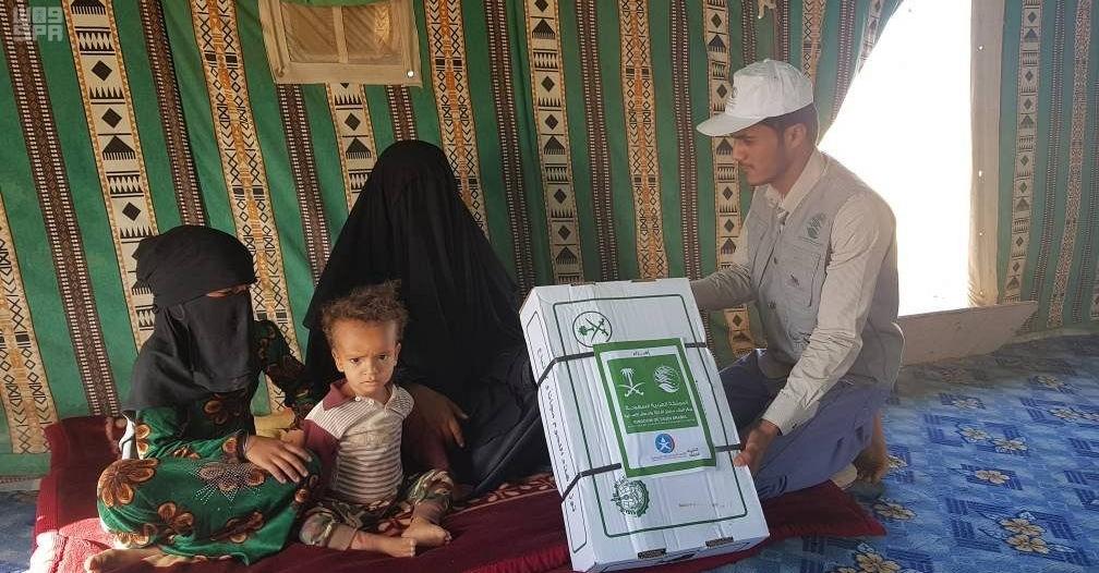 مركز الملك سلمان للإغاثة يوزع 6000 كرتون من اللحوم للنازحين بالجوف اليمنية