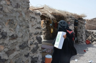 بالصور.. مركز الملك سلمان للإغاثة يوزّع 800 كرتون تمر في أحور - المواطن