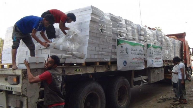 بالصور.. 465 طنًا من التمور لمحافظات الساحل الغربي باليمن من مركز الملك سلمان للإغاثة