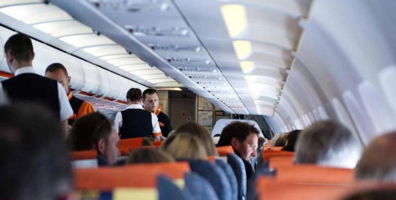 مسافر يفتح بابا طائرة